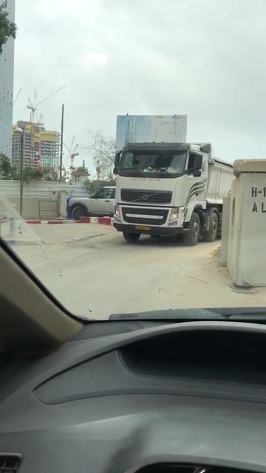 משאית ברחוב
