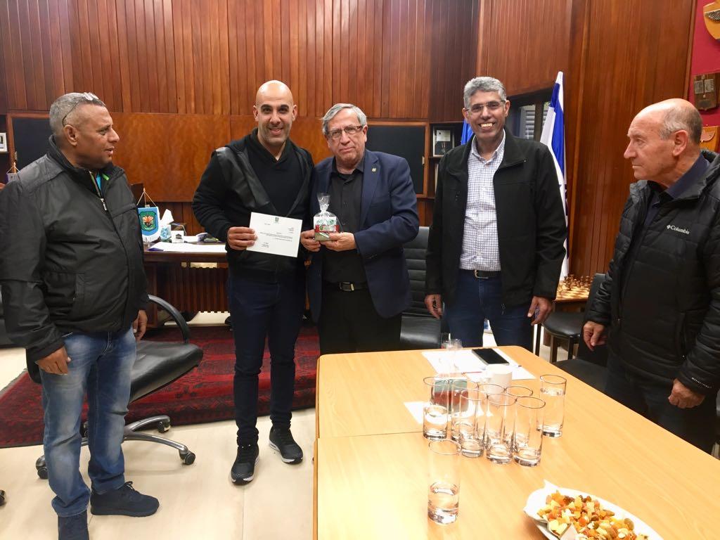 ראש העיר מעניק את כתב המינוי לנועם סייג