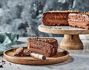 עוגת מוס שוקולד עם אגוזי לוז מקורמלים